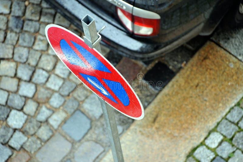 Nenhum sinal do estacionamento pelo carro imagens de stock