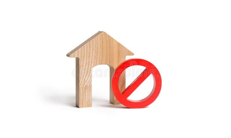 Nenhum sinal e a casa de madeira em um fundo isolado Indisponibilidade da fonte abrigando, ocupada ou baixa Preços de alojamento foto de stock royalty free