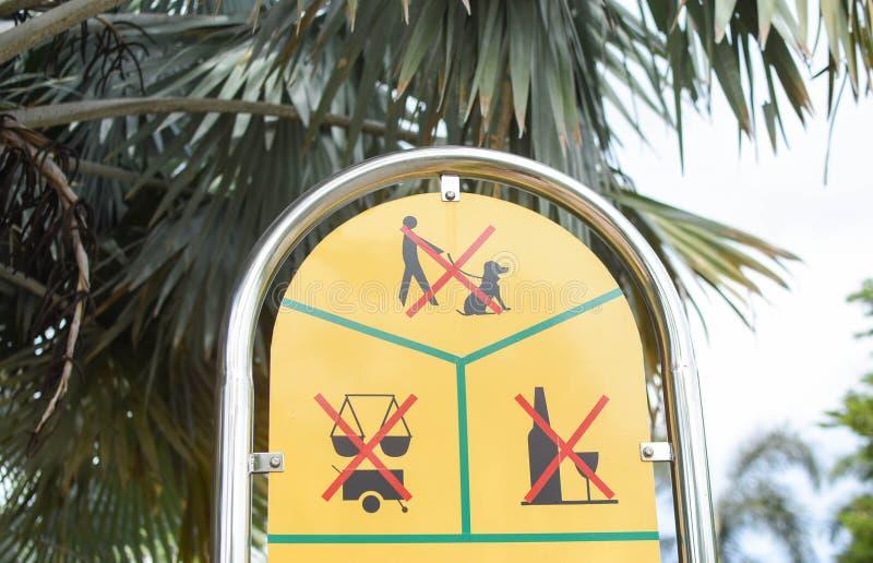 Nenhum sinal entrar no jardim imagens de stock