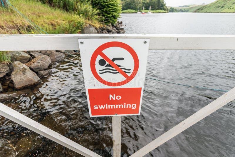 Nenhum sinal nadador em um lago do esporte de barco em Gales, na frente da água rippling fotos de stock