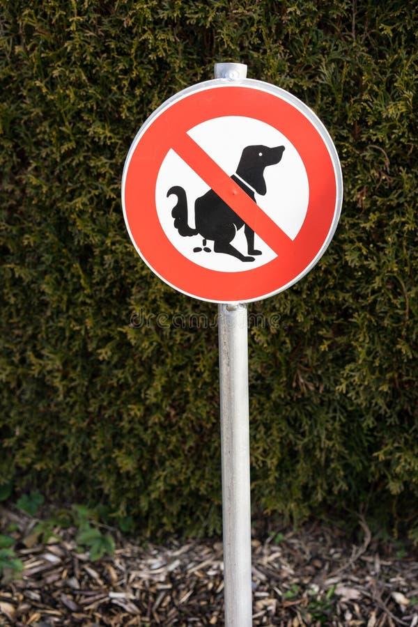 Nenhum sinal pooping do cão na frente da conversão fotografia de stock royalty free