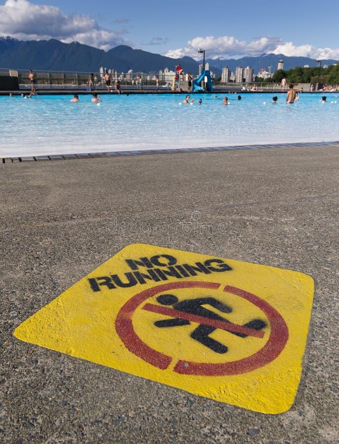Nenhum sinal running ao lado da piscina exterior de Kitsilano foto de stock