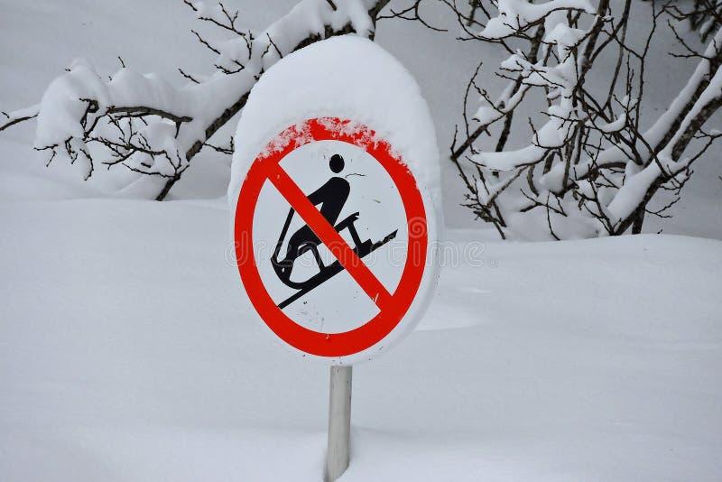 Nenhum sinal sledding com neve e madeiras foto de stock