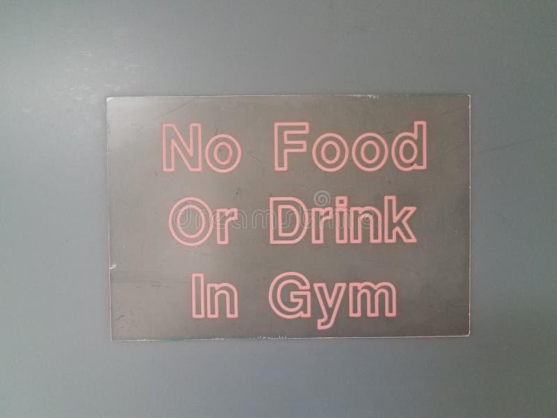 Nenhuma alimento ou bebida no sinal do gym na parede preta imagem de stock royalty free