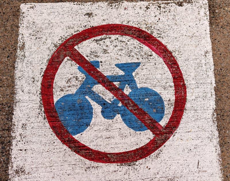 Nenhuma bicicleta que monta o sinal de aviso pintado fotografia de stock royalty free