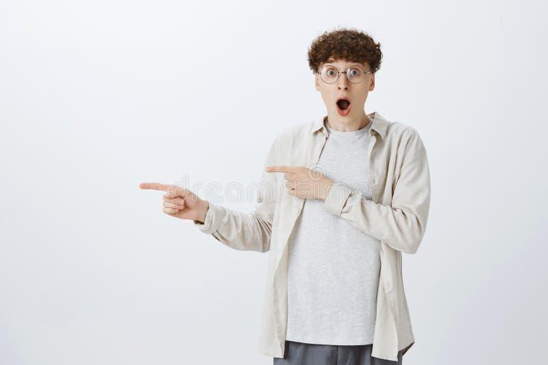 Nenhuma maneira ele real Retrato do indivíduo adolescente novo surpreendido em vidros redondos com discurso de perda do cabelo en imagens de stock