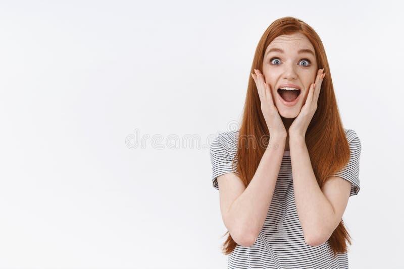 Nenhuma maneira impressionante Menina encantador do gengibre que grita a boca aberta excitada entusiástica para alargar mordentes imagens de stock royalty free