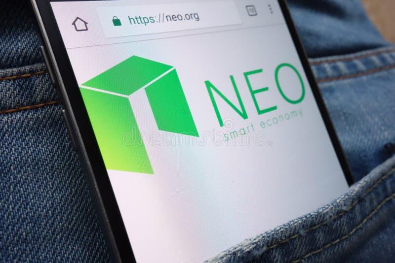 NEO cryptocurrency strona internetowa wystawiająca na smartphone chującym w cajgach wkładać do kieszeni zdjęcia royalty free