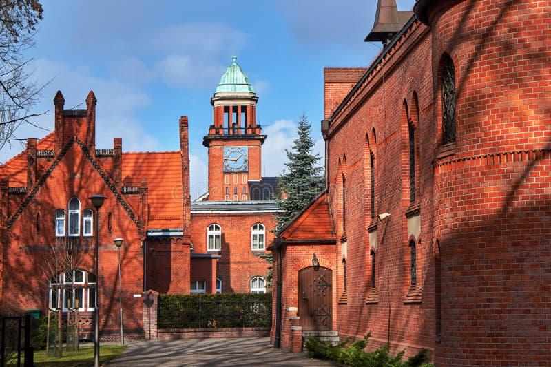 Neo-gotisk byggnadstornröd-tegelsten byggnad arkivbilder