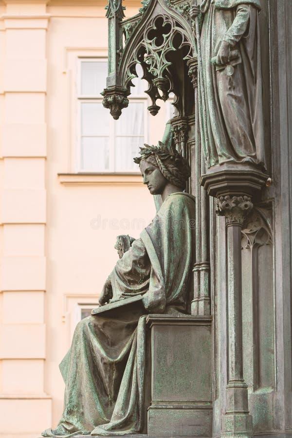 Neo-gotisk kvinnlig staty i Prag royaltyfri fotografi
