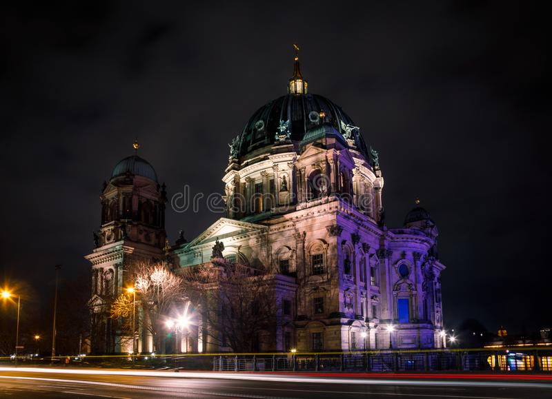 Neo-renacimiento Berlin Cathedral Berliner Dom en la isla de museo de la noche Mitte Berlin Germany imagenes de archivo