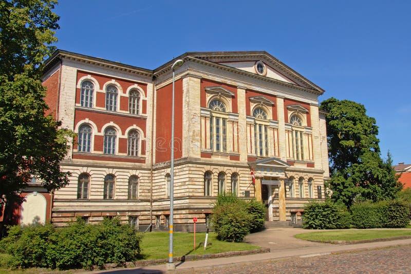 Neoclassical tegelstenstenbyggnad i Liepaja, Lettland fotografering för bildbyråer