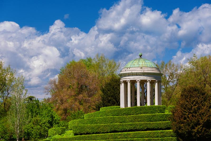 Neoclassical tempel i Vicenza Querini Park arkivfoton
