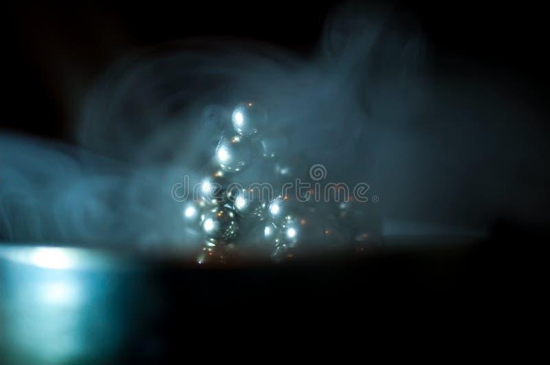 Neocube en el humo imagen de archivo