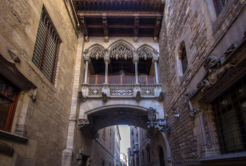 Neogothic Brücke bei Carrer Del Bisbe in Barcelona stockbilder