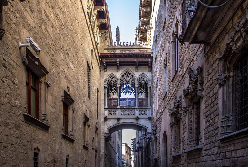 Neogothic Brücke bei Carrer Del Bisbe in Barcelona lizenzfreie stockfotos