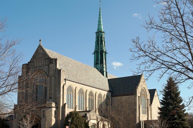 Neogothic kyrka och tornspira i helgonet Paul Minnesota royaltyfria bilder