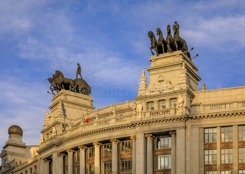 Neoklassische Quadriga- oder Römisch-Chariot-Statuen auf dem Banco Bilbao Vizcaya BBBVA Bankgebäude im Jahr 1923 in Madrid, Spani lizenzfreies stockfoto