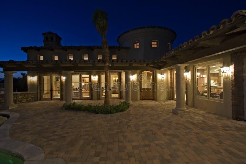 Neoklasyczny dom Przy półmrokiem zdjęcie royalty free