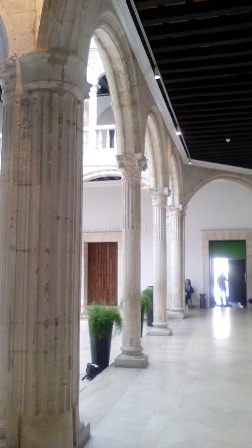 Neoklasyczny kolumny wnętrza podwórze obrazy royalty free