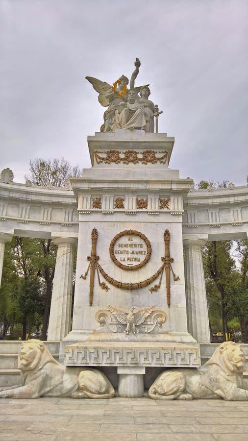 Neoklasyczny marmurowy zabytek z statuami zdjęcia royalty free