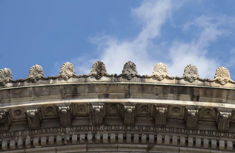 Neoklasyczny poniższy dachowy budynku szczegół fotografia royalty free