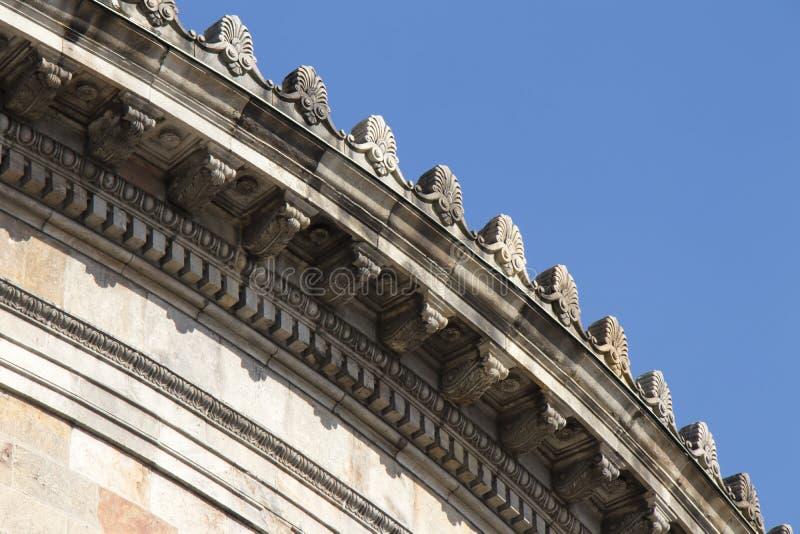 Neoklasyczny poniższy dachowy budynku szczegół obraz royalty free