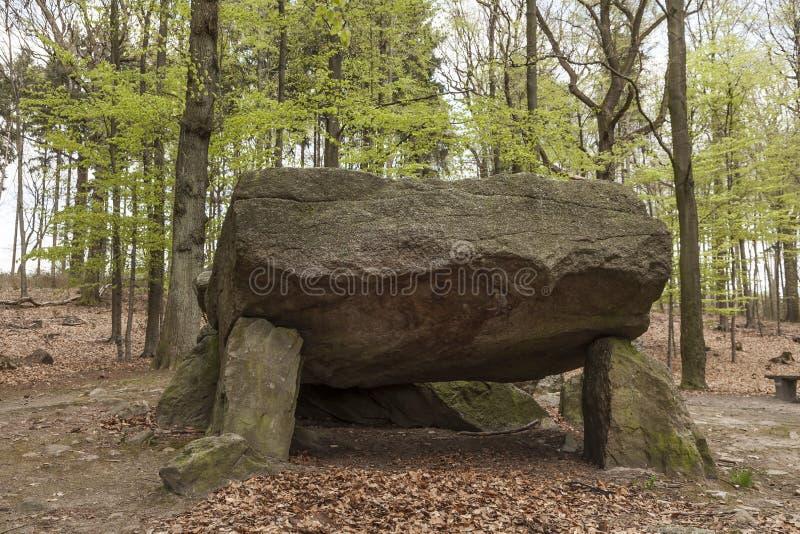 Neolityczny przejście grób, Megalityczni kamienie w dymaniu, Osnabrueck kraj, Niemcy obrazy stock