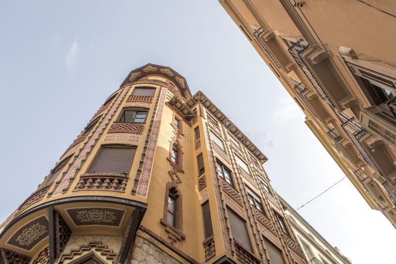 Neomudejar-Artgebäude angesehen vom Boden, im Màlaga-Stadtzentrum lizenzfreies stockbild