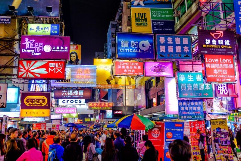 Neon die in Hong Kong bij Schemer adverteren