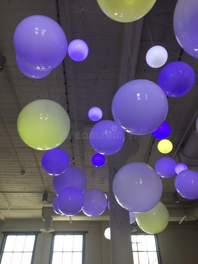 Neon färgrika Art Balls på Celling arkivfoton