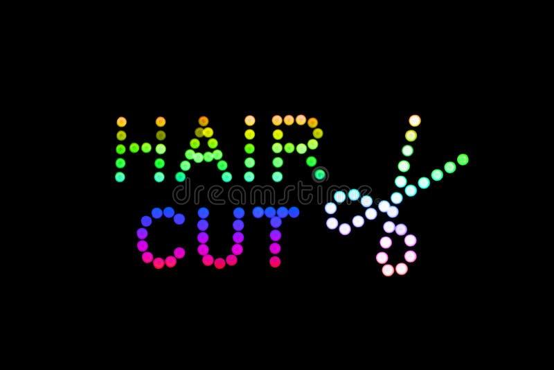Neon-Lichtpunktzeichen LED des Haar-Schnitt- und Scherensymbols auf Schwarzem, helles abstraktes Neonzeichen des Friseursalons stockbild
