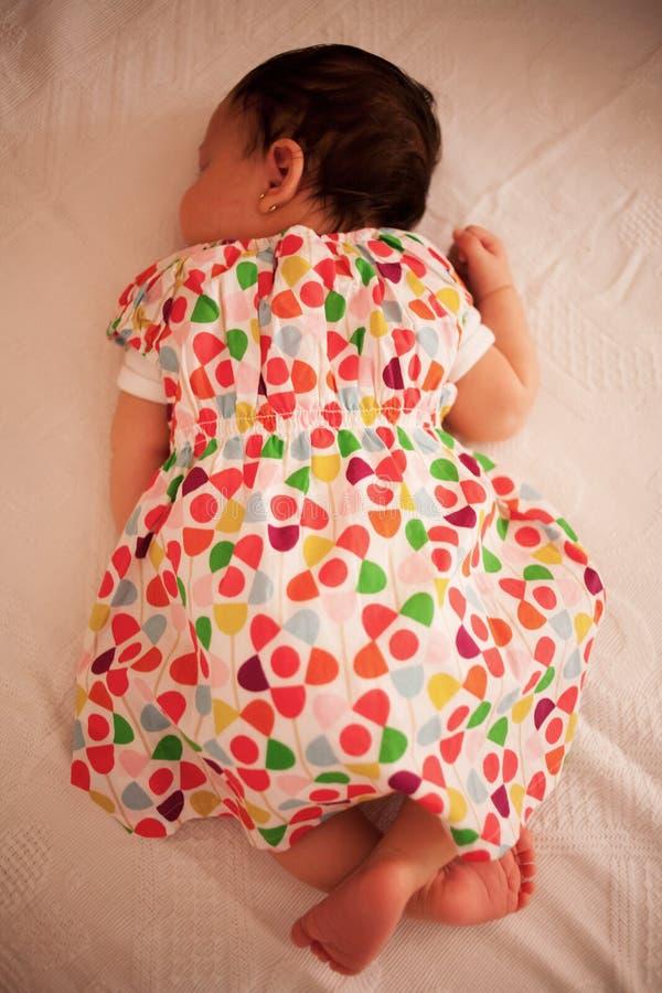 Neonata addormentata fotografia stock libera da diritti