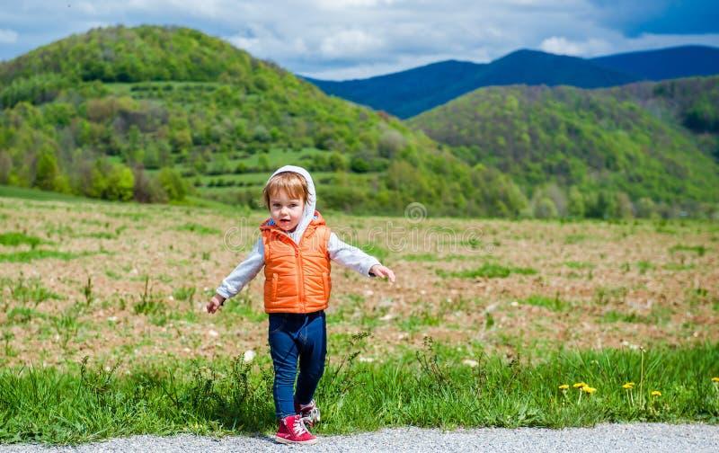 Neonata adorabile all'aperto fotografie stock libere da diritti