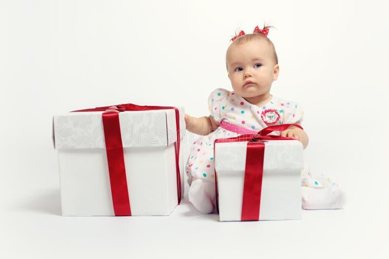 Neonata adorabile con due contenitori di regalo fotografia stock