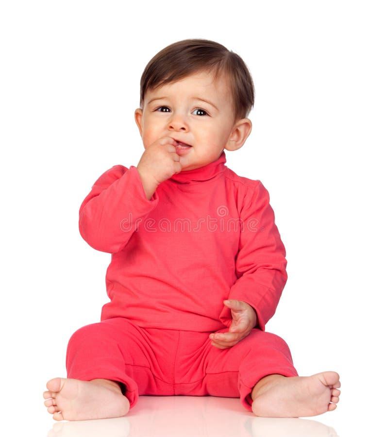 Neonata adorabile con la sua mano nella seduta della bocca fotografia stock libera da diritti
