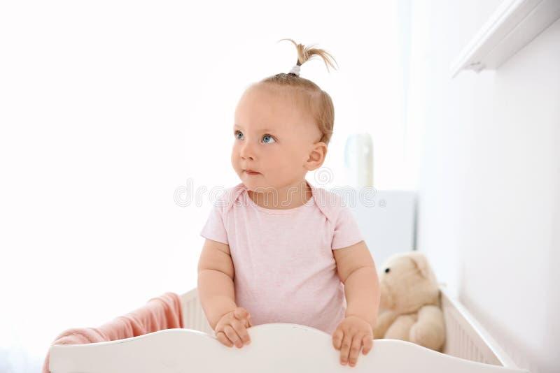 Neonata adorabile in sua greppia fotografie stock libere da diritti