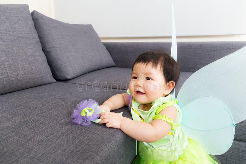 Neonata asiatica con il condimento del partito di Halloween immagine stock libera da diritti