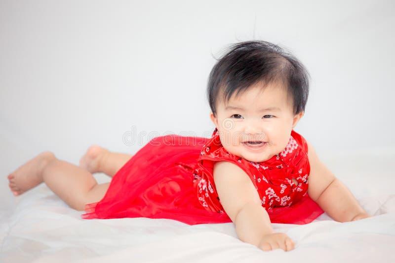 Neonata asiatica sveglia felice nel sorridere cinese del vestito da tradizione immagine stock libera da diritti