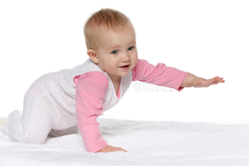 Neonata attiva sull'asciugamano bianco fotografia stock