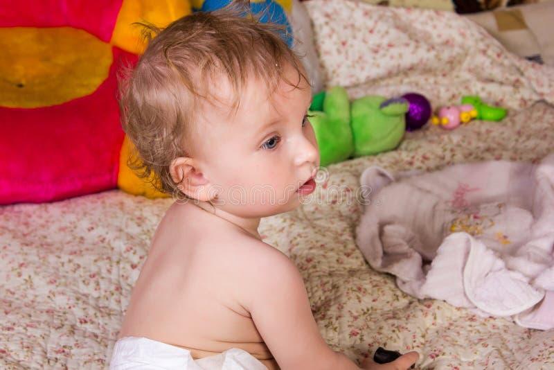 Neonata bionda sveglia con i bei occhi azzurri fotografie stock libere da diritti