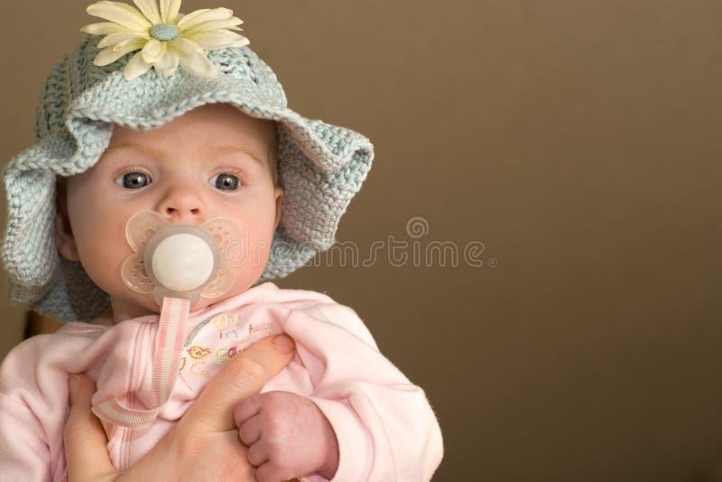 Neonata in cappello del Knit fotografia stock libera da diritti