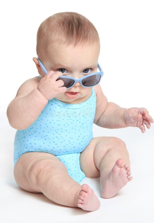 Neonata che indossa un costume da bagno blu e gli occhiali da sole immagini stock libere da diritti