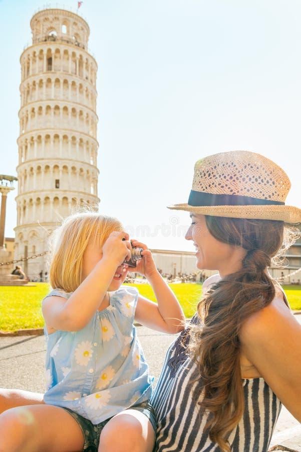 Neonata che prende foto della madre a Pisa immagini stock libere da diritti