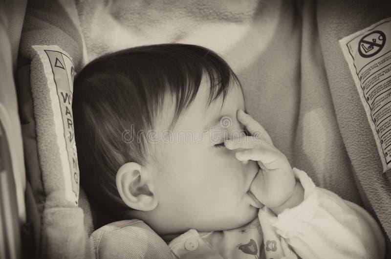 Neonata che prova a dormire immagini stock libere da diritti