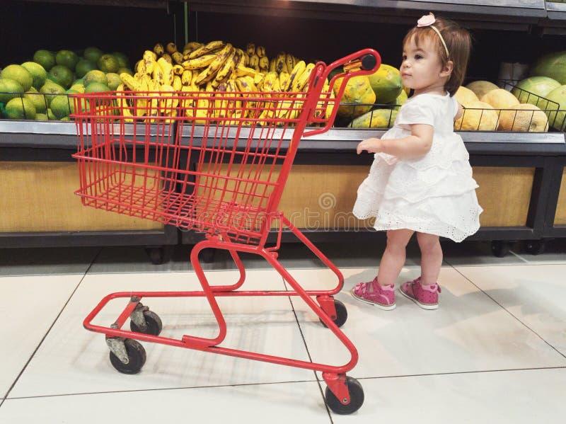 Neonata che sceglie frutta e le verdure fotografia stock libera da diritti