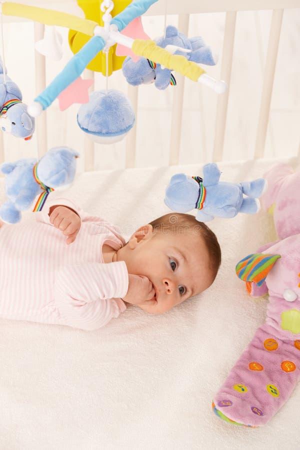 Neonata con i giocattoli variopinti fotografia stock libera da diritti