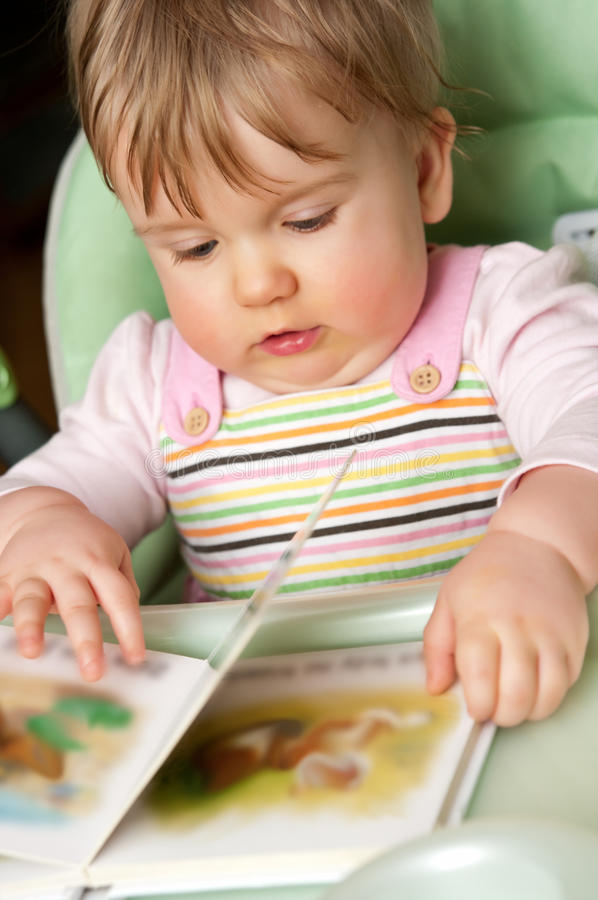 Neonata con il libro fotografia stock libera da diritti