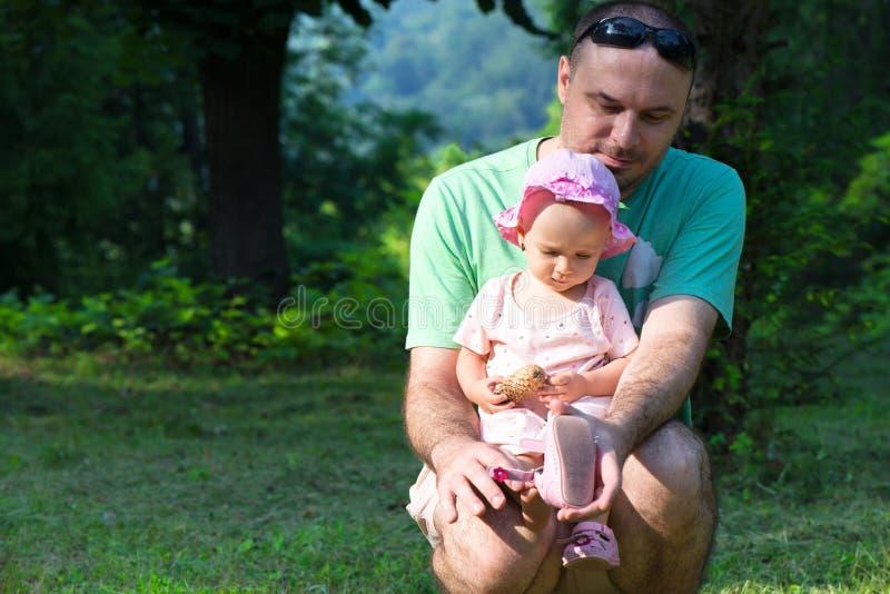 Neonata con il suo padre immagine stock