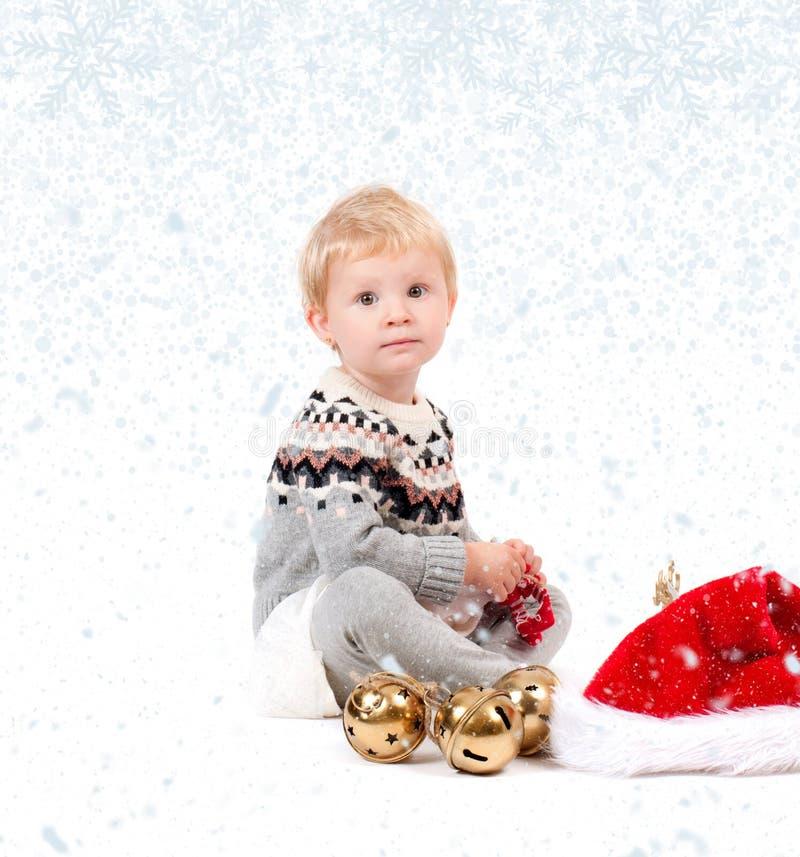 Neonata con l'ornamento di natale Inverno e fiocchi di neve fotografia stock